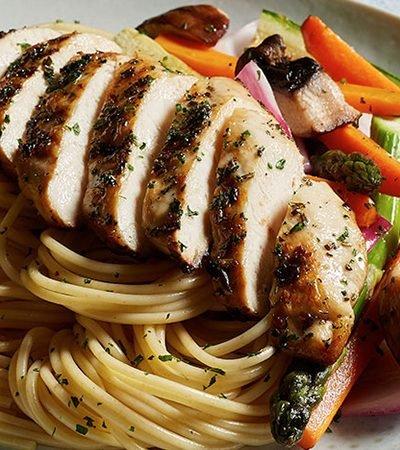 Pasta con pollo asado y vegetales