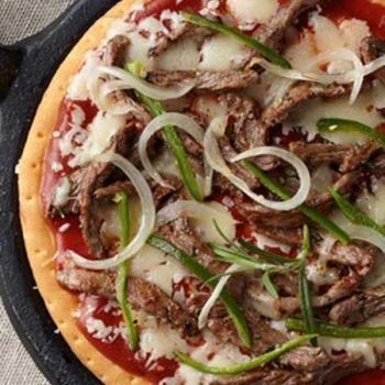 Pizza de arrachera con chiles toreados