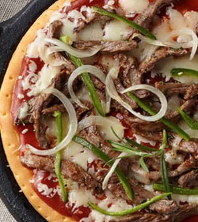Pizza de arrachera con chiles toreados