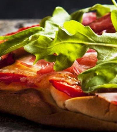 Pizza de carpaccio de res y pimientos