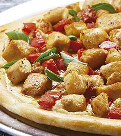 Pizza de pollo con albahaca y salsa de queso