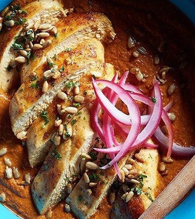 Pollo con mole de semillas de girasol y chile morita