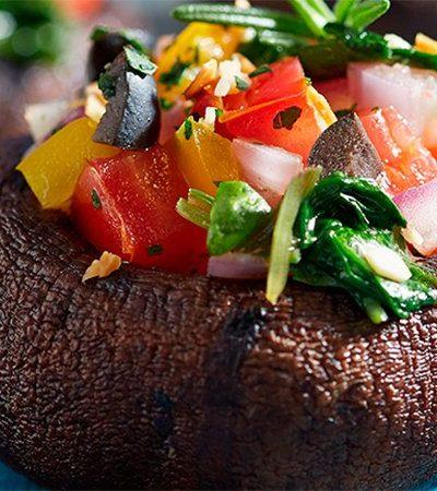 Portobellos rellenos de vegetales con aderezo de limón