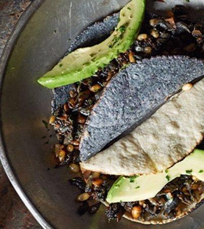 Quesadillas de huitlacoche y piñones con salsa de habanero y cacahuate