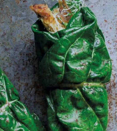 Rollitos de acelgas con pollo, cebollas caramelizadas y germinado