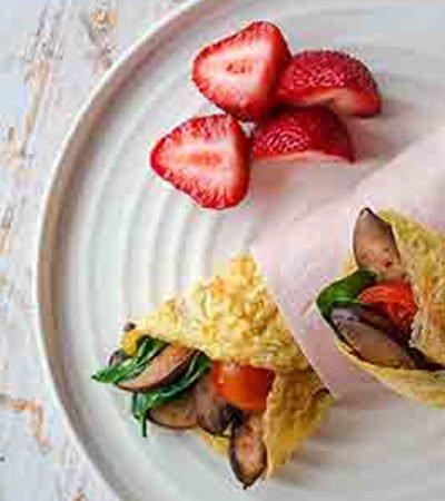 Rollo de huevo con hongos y vegetales