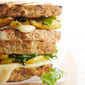 Sándwich de arúgula y duraznos al pesto