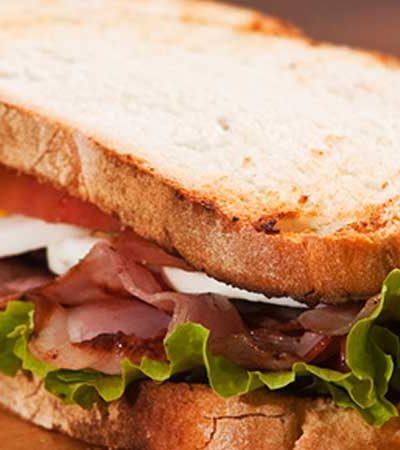 Sándwich de pollo y ensalada de col agria