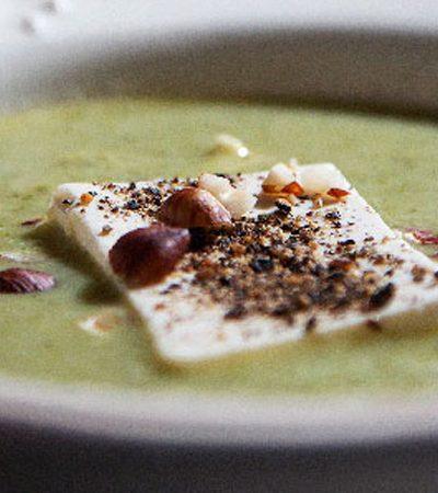 Sopa de brócoli y poro con tofu y almendras