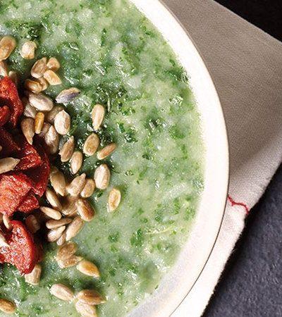 Sopa de papa y kale con chorizo de pavo