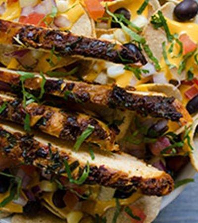 Súper nachos de pollo con mostaza y chile ancho