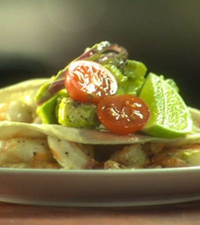 Tacos de camarón con salsa de aguacate y chile manzano