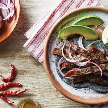 Tacos de cecina con salsa macha y aguacate