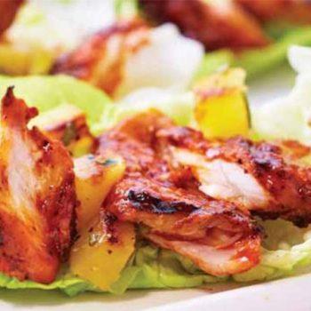 Tacos de lechuga con pescado al pastor y piñas al grill