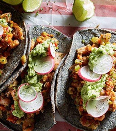 Tacos de pescado con guacamole y salsa macha
