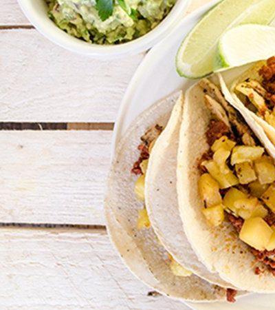Tacos de pollo al chipotle con guacamole y piñas asadas