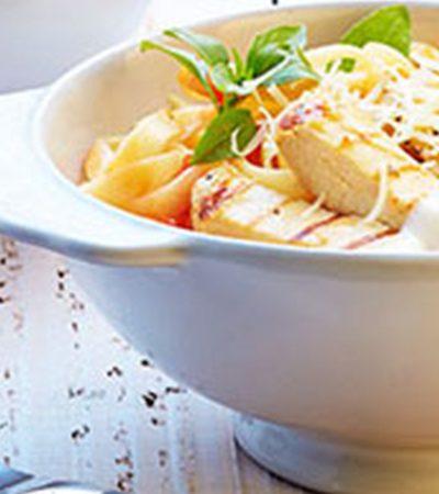 Tallarines con salsa de tomate, albahaca y pollo al grill
