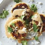 Tortitas de papa con salsa de elote con chipotle