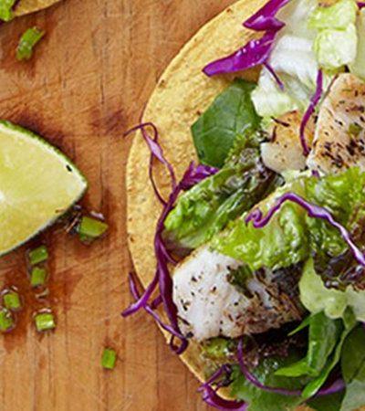 Tostadas de filete de pescado con salsa de poblano y cilantro