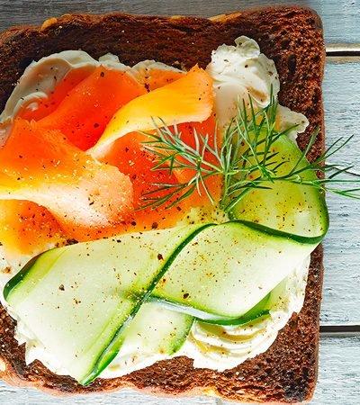 Receta de tostado con pepino y salmon ahumado