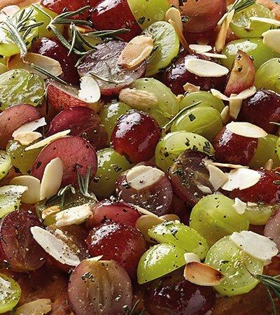 Pizza de uvas con almendras