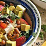 Ensalada de vegetales con queso panela y vinagreta de cacahuate