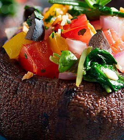Portobellos rellenos de ensalada de frijol y jícama
