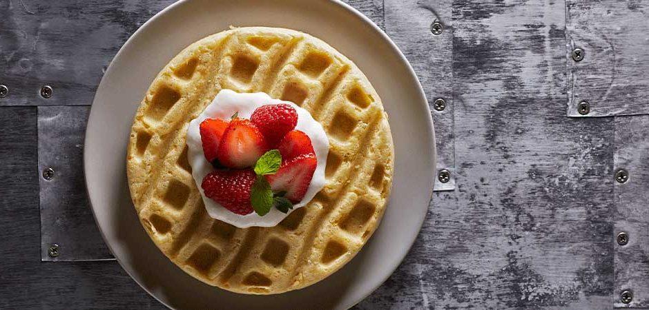 Waffles con salsa de yogurt y plátano