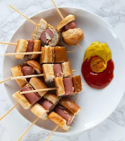 Brochetas de hot dogs