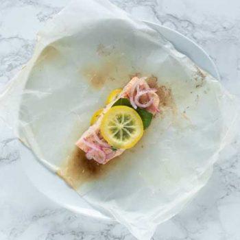 Salmón empapelado con albahaca y limón