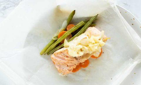 Salmón empapelado con vegetales a la mantequilla