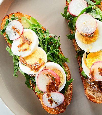 Sándwich de aguacate, espinacas y huevo