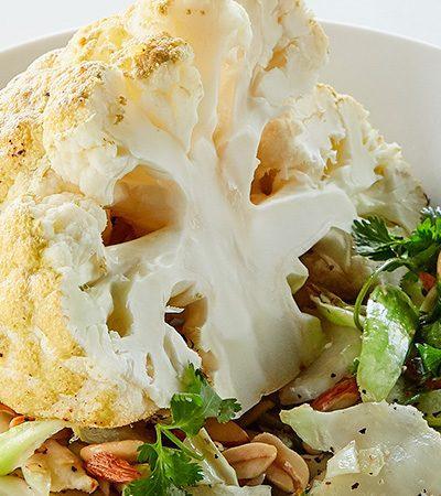 Coliflor Rostizada con Salsa de Yogurt y Ajonjolí