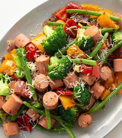 Sartén de vegetales con salchicha