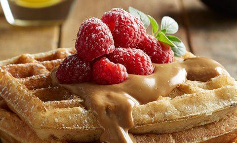 waffles con yogurt y salsa de cafe