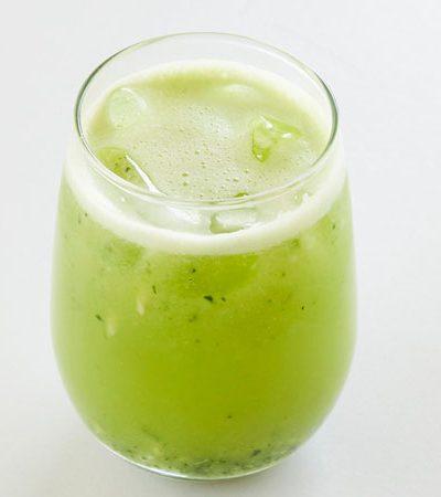 Agua de pepino, limón y cilantro