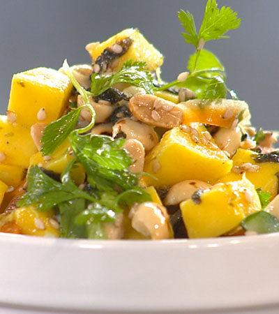 Ensalada de Mango y Apio con Cacahuates tostados