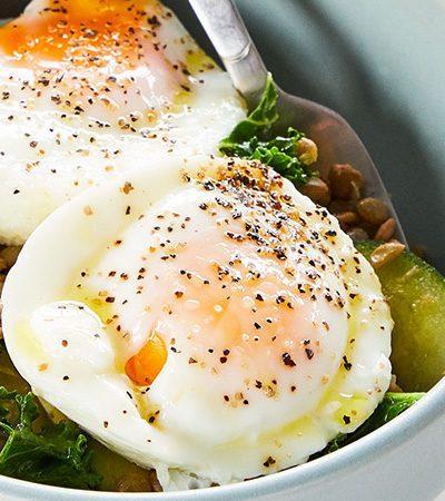 Fáciles Huevos Pochados con Lentejas Especiales