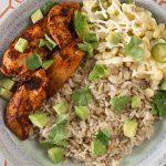 Tazón de arroz con pollo al achiote y esquites